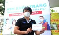 Hoàng Tuân Anh, l'inventeur de distributeurs de riz et de masques gratuits
