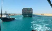 """Canal de Suez : le porte-conteneurs """"Ever Given"""" remis à flot, le trafic reprend"""