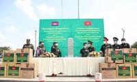 Covid-19: les garde-frontières vietnamiens remettent des équipements sanitaires au Laos et au Cambodge