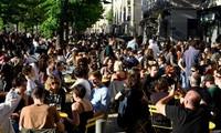 Déconfinement: en terrasse ou au cinéma, la France profite d'un premier souffle de liberté