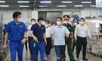 Le vice-Premier ministre Vu Duc Dam inspecte les activités de production à Thu Duc