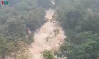 """Mưa lũ kinh hoàng ở Hà Giang, ô tô """"bơi"""" trong biển nước"""