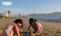 Người dân Đà Nẵng háo hức được tắm biển trở lại