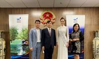Hoa hậu Khánh Vân diện áo dài trắng, khoe dáng giữa nước Mỹ
