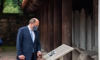 Bộ trưởng Quốc phòng Anh thăm Văn Miếu Quốc Tử Giám