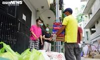 Đi từng ngõ, gõ cửa từng nhà tặng nhu yếu phẩm cho người gặp khó ở TP.HCM