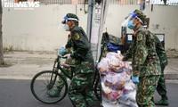 Bộ đội đẩy xe thồ đến từng con hẻm, phát quà cho người dân TP.HCM