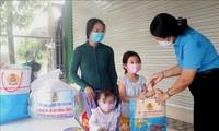 코로나19 피해 단원과 노동자 자녀 중추절 선물 전달
