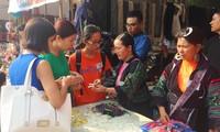 Bazaar brings minorities' traditional handicrafts to urban dwellers