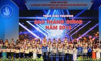 """Vietnamese students honored with """"January Star"""", """"Five-Virtue Student"""" Awards"""