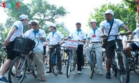 Hanoi cyclists and pedestrians join Earth Hour campaign