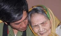 摄影师陈鸿及其拍摄的越南英雄母亲