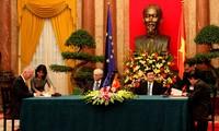 越南国家主席张晋创与欧洲理事会主席范龙佩举行会谈