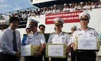 海军第五区司令部向香蕉岛指战员们赠送礼物