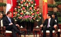张晋创会见加拿大外交部长约翰.贝尔德