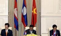阮晋勇总理出席越老柬发展三角区政府首脑会议