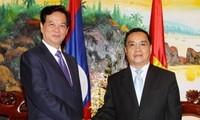 阮晋勇会见老挝政府总理通辛