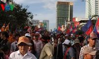 柬埔寨举行规模空前的示威游行