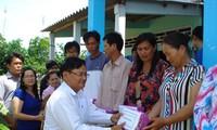 越南各地举行春节慰问贫困户活动