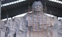 越南公安部长陈大光大将考察越南英雄母亲塑像施工进度
