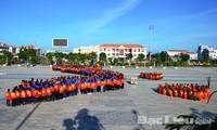 一千名青年在2014夏季青年志愿者活动出征仪式上排成越南地图