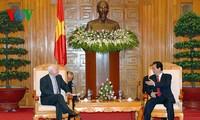 阮晋勇总理会见美国参议员