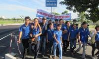 """5000多名志愿者参加为""""上学接力""""助学基金筹款步行活动"""