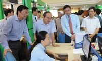 越南祖国阵线中央委员会主席阮善仁视察富安省和光南乡