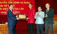 越南政府总理阮晋勇与旅居老挝越南人交谈