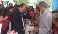 越南各级领导人看望慰问各地群众并送去春节慰问品