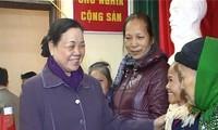 越共中央民运部部长何氏洁看望慰问宣光省贫困者