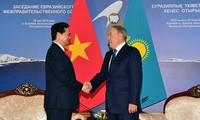 阮晋勇看望越南驻哈萨克斯坦大使馆工作人员