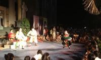 岘港市首次举行街头从剧表演