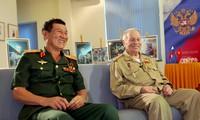 越南宇航员范尊和俄罗斯宇航员戈尔巴特科见面交流