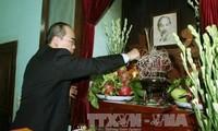 越南党、国家、祖国阵线领导人上香缅怀胡志明主席