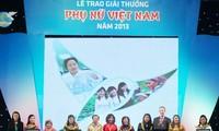 9个集体和10名个人获颁2015年越南妇女奖