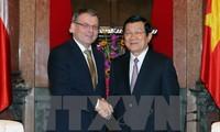 越南和捷克两个民族要继续增进相互了解