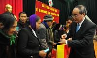 越南各级祖国阵线向各地贫困者发放春节慰问品