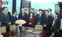越南祖国阵线中央委员会主席阮善仁上香缅怀胡志明主席