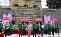 河内青年志愿者向游客提供旅游襄助