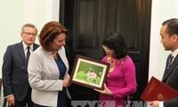 越南国家副主席邓氏玉盛会见波兰总理谢德沃
