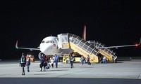 中国武汉至越南林同省莲姜机场的首趟航班安全降落