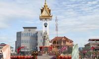 越柬友好塑像和独立台落成典礼在柬埔寨举行
