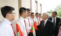 阮富仲同缅甸总统吴廷觉举行会谈