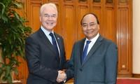 阮春福会见美国卫生与公众服务部部长普赖斯