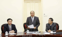 阮春福与经济咨询小组座谈