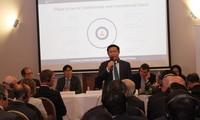 越南政府副总理王庭惠与技术和金融领域的多个集团进行对话