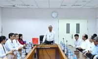 越南政府总理阮春福探望和动员同奈省综合医院医务人员