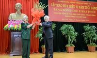 阮富仲向原越共中央总书记黎可漂授予70年党龄纪念章