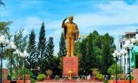 胡志明主席诞辰130周年:芹苴市宁桥滩上的胡志明主席塑像